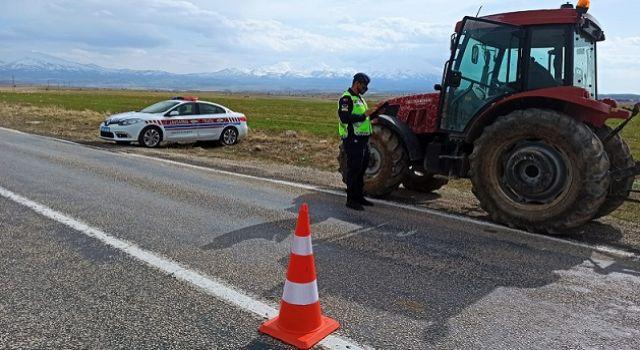 Jandarma ekipleri traktör sürücülerini bilgilendirdi
