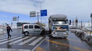 Hafif ticari otomobil ile kamyonet çarpıştı: 3 yaralı