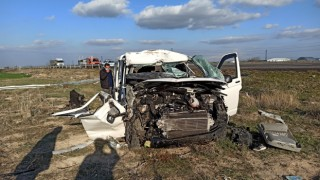 Sürücüsünün direksiyon hakimiyetini kaybettiği kamyonet bariyerlere çarparak durabildi: 2 yaralı